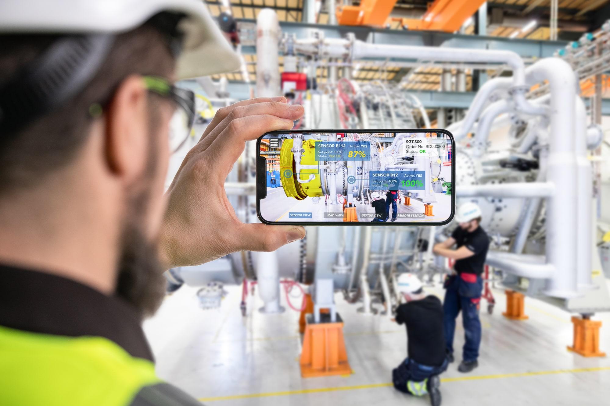 Siemens Energy ser att AR erbjuder stora möjligheter till effektivisering av deras verksamhet, t.ex. via intuitiv träning/instruktioner och förbättrad distanssupport både internt och externt. Bilden visar ett exempel på hur en operatör enkelt kan avläsa data från sensorer placerade på en gasturbin i produktion. Illustration : Fotograf Ristenstrand / Siemens Energy.